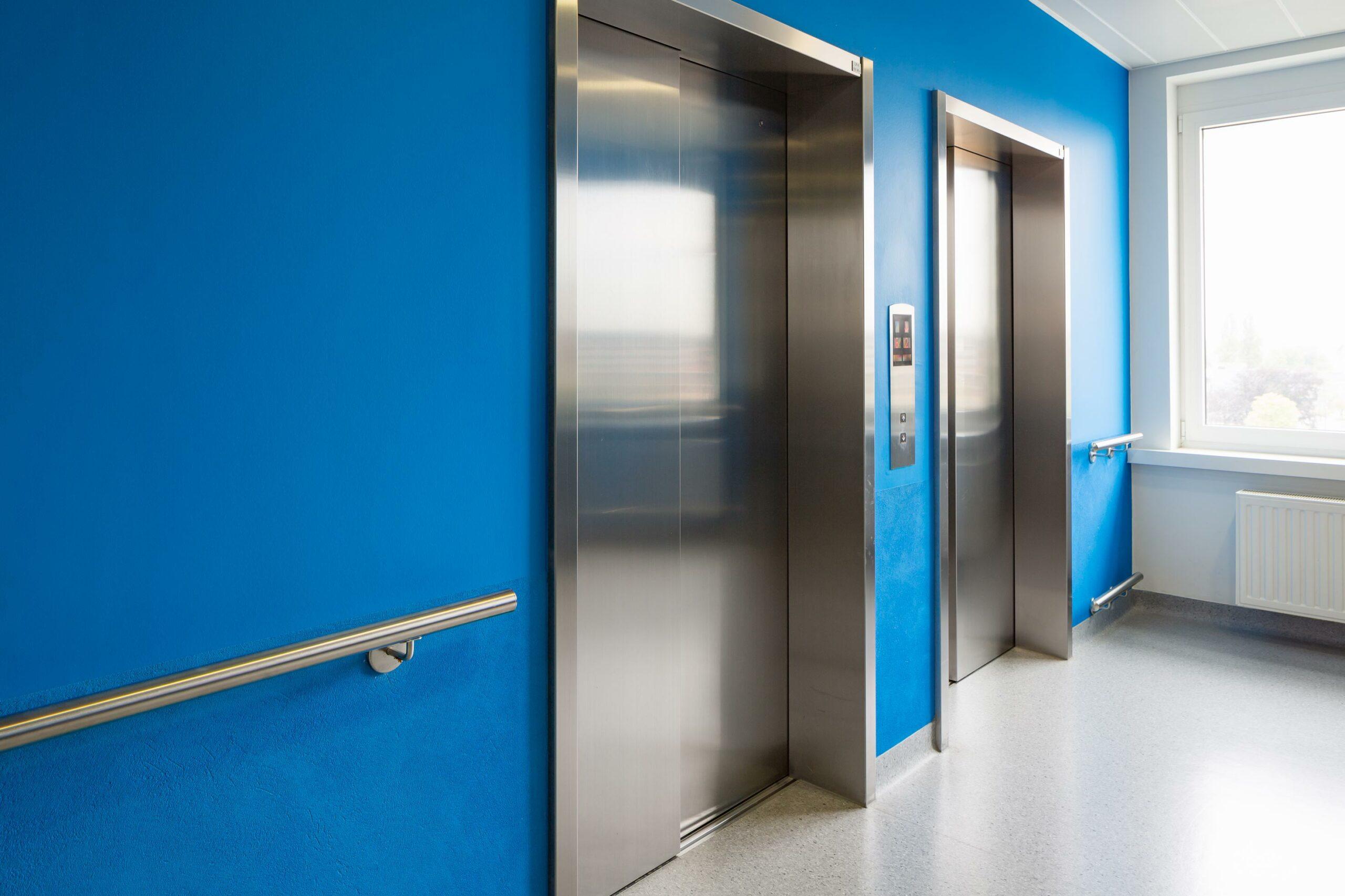 Schilderwerk binnenkant gebouw, blauwe muren