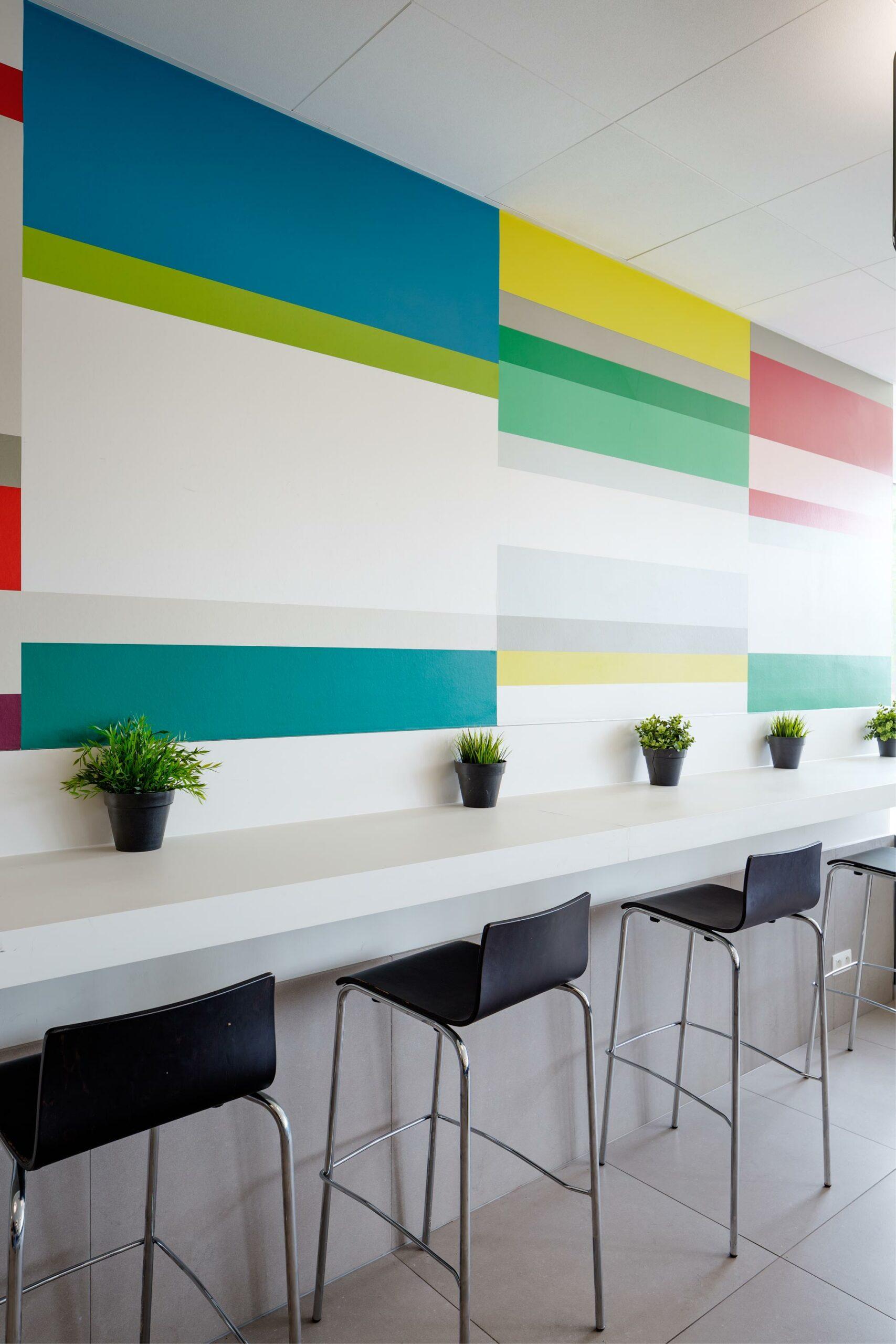 Schilderwerk eetruimte, patroon op muur in meerdere kleuren