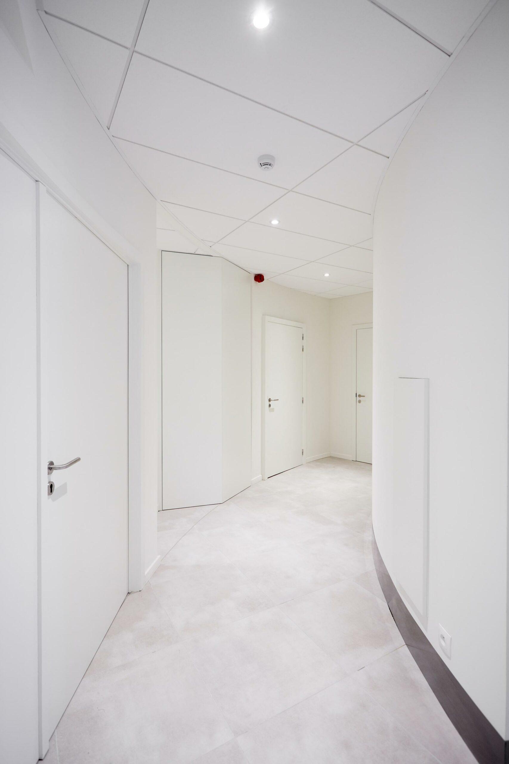 Schilderwerk gebouw met witte muren en duren