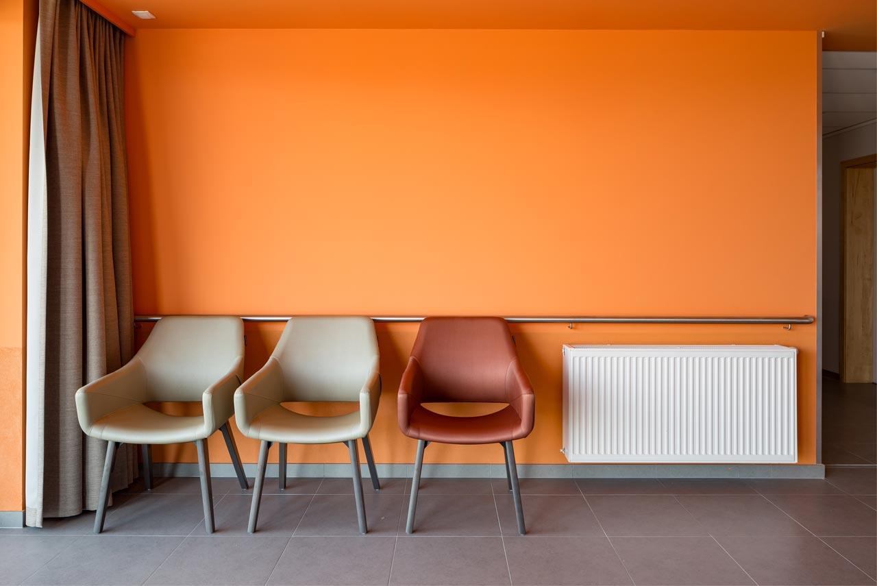 wachtzaal oranje geschilderd